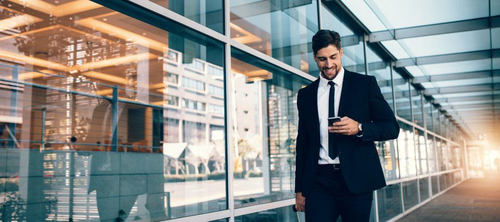 homem-de-negocios-usando-iphone