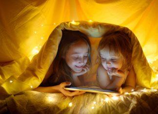 Crianças usando iPad